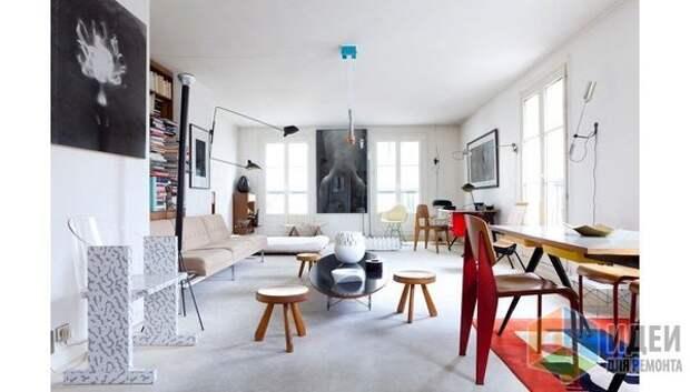 Современный интерьер в духе группы «Мемфис»: характерный геометрический ковер, яркий пластиковый стул и кресло под мрамор, интерьер дизайнера Caroline Wart Studio