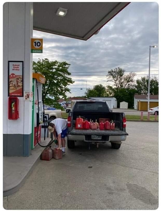 Американцы в панике скупают бензин