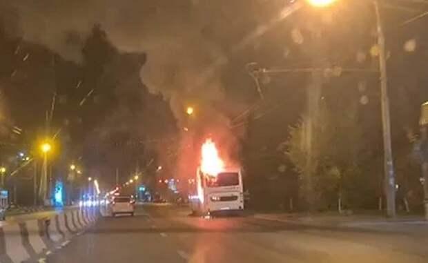 В Ростове на Стачки загорелся пассажирский автобус №40