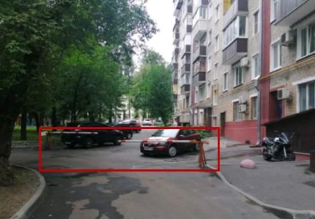 Во дворе на Пилота Нестерова демонтировали незаконный шлагбаум