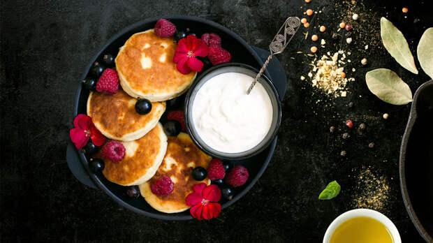 Рецепт необычного завтрака: как приготовить сырники в кокосовом соусе