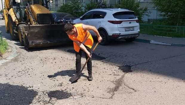 В микрорайоне Кузнечики Подольска сделали ямочный ремонт и разбили цветники