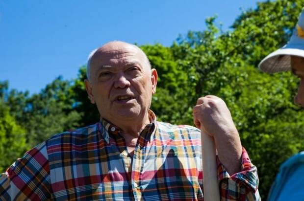Румянцев и жители Конькова посадили «Аллею Здоровья» в яблоневом саду