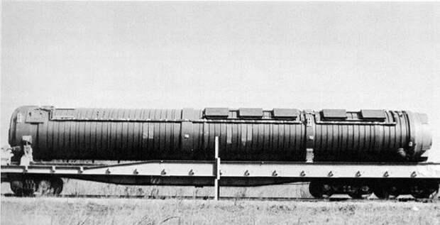 Пусковой контейнер БЖРК «Молодец» на платформе, с которой снята маскировка в виде вагона-рефрижератора. Фотография сделана в процессе утилизации комплекса