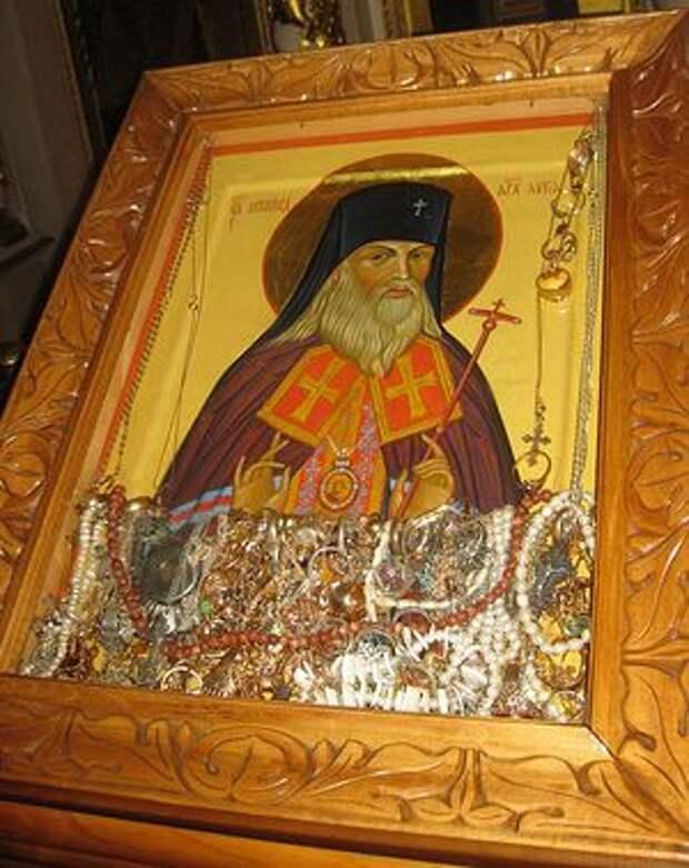 Чудотворная икона святителя Луки в московском храме Успения Божией Матери в Путинках