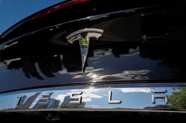 Логотип Tesla на электромобиле бренда в Москве, Россия, 23 июля 2020 года. REUTERS/Evgenia Novozhenina