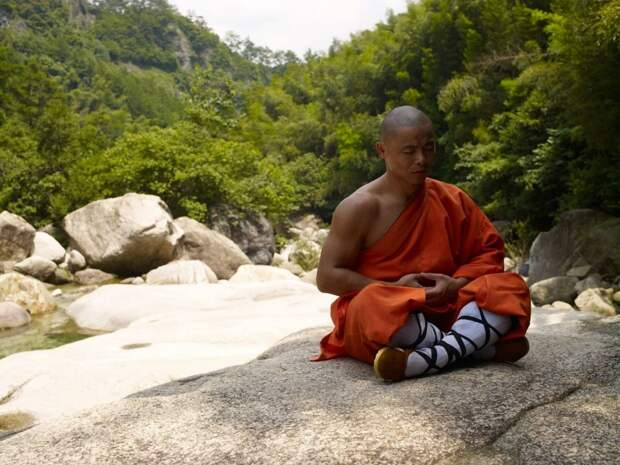 медитирующий буддийский монах