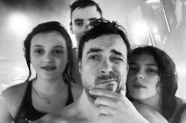 Евгений Цыганов с дочерьми Софией и Полиной и сыном Никитой