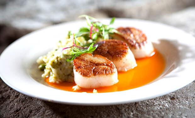 Ужин, как у Джорджа и Амаль Клуни: рецепт ризотто с морскими гребешками от шеф-повара знаменитой пары