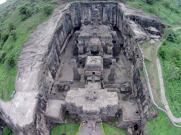 Более тысячи лет назад из цельной скалы был высечен этот невероятный храм.