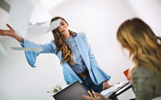 девушка разбрасывает бумагу по офису