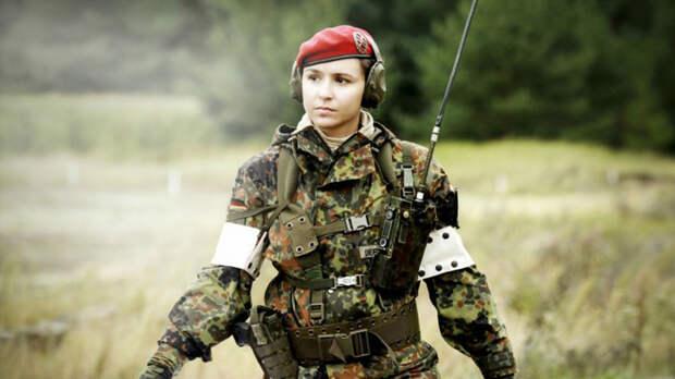 Российский женский спецназ Спецназ только в последние годы стал активно принимать в свои ряды женщин-офицеров. Большая часть из них сражается в смешанных подразделениях, однако, есть и отряды, полностью сформированные из девушек.