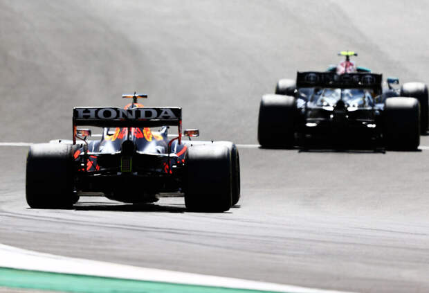 Как изгибается заднее крыло на машине Red Bull. Видео