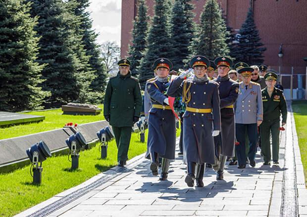 Сегодня у Кремлевской стены состоялась торжественная церемония возложения венков к урнам с прахом главных маршалов артиллерии