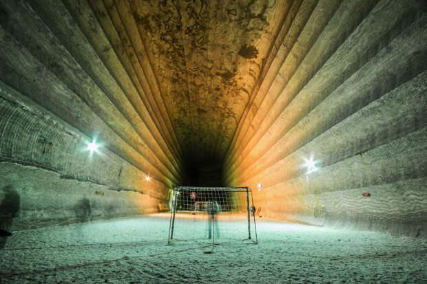 футбольные ворота в бывшей соляной шахте на глубине 300 метров, недалеко от Соледара, Украина