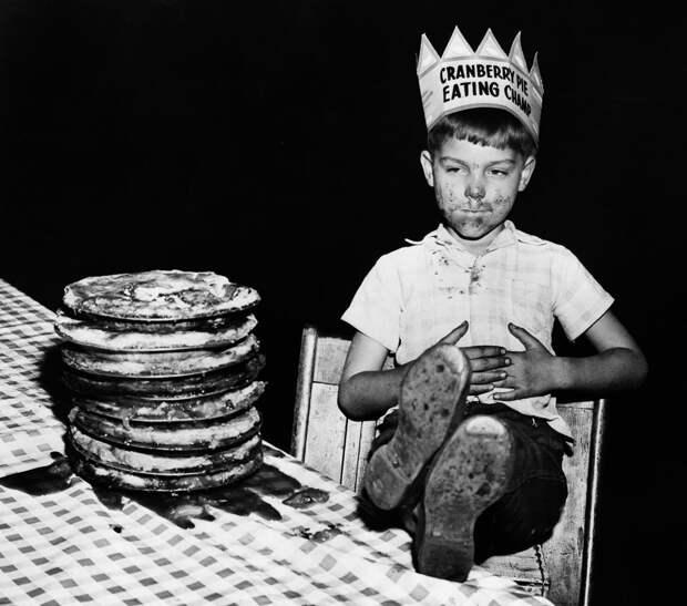 Победитель конкурса по поеданию пирогов, 1948.