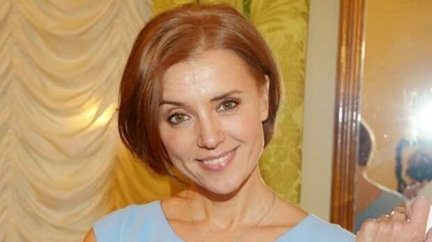 Культура пития: Алферова сбокалом рассказала, как правильно пить шампанское