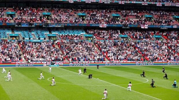 Сборные Англии иГермании преклонили колено перед матчем