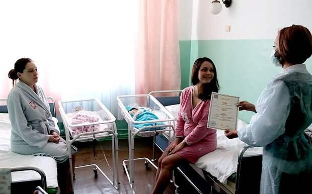 В Севастополе свидетельство о рождении начали выдавать в роддоме