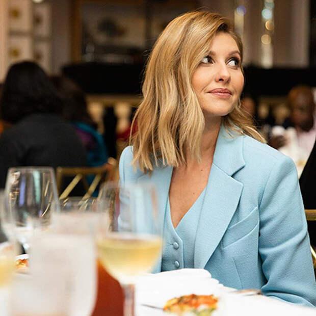 Елена Зеленская в нежно-голубом брючном костюме на модном мероприятии в Нью-Йорке