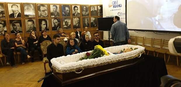 Бабка в гроб вгоняет: новое горе в семье умершего от СПИДа актера Числова