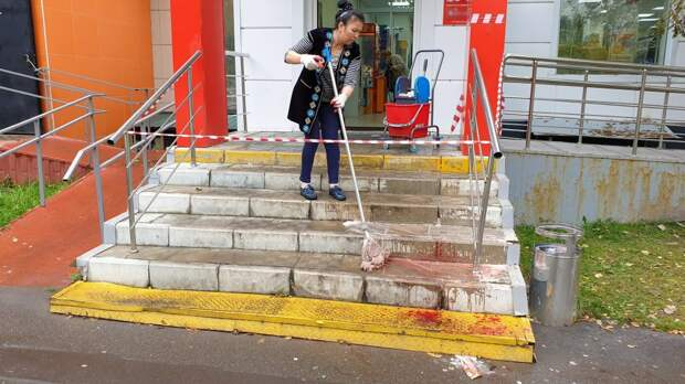 В магазине на Каргопольской мужчина в женском платье  напал на покупателей с топором
