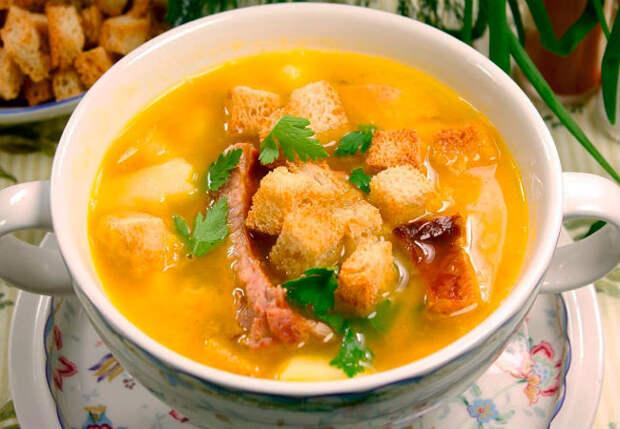Кладем в бульон копченые ребрышки и сыр: суп просят по 2 тарелки