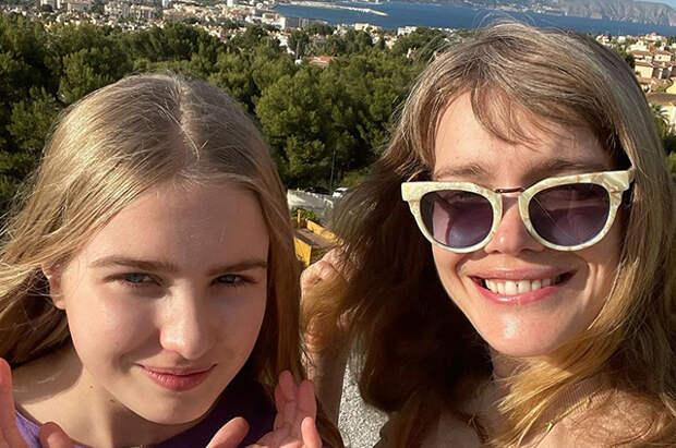 Спа, загар и вкусная еда: Наталья Водянова вместе с дочерью Невой отдыхает в Испании