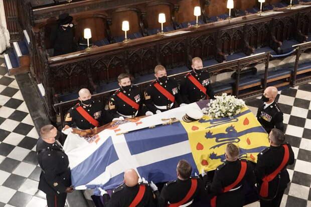 О чём рассказал язык тела Елизаветы II на похоронах принца Филиппа