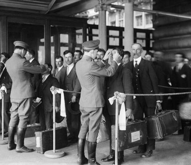 Проверка прибывших иммигрантов, Нью-Йорк, 1920-е гг.