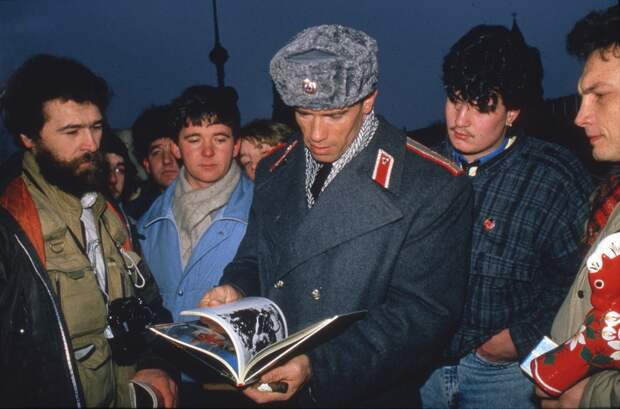 Арнольд Шварценеггер в роли советского милиционера Ивана Данко на съемках культового боевика Уолтера Хилла Red Heat (1988).