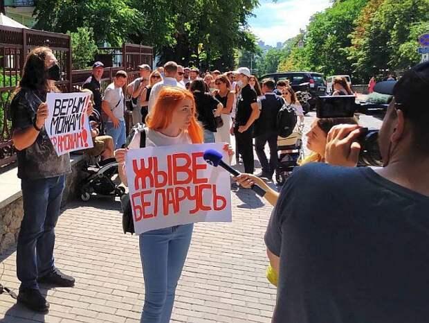 Мэр Жодино удрал со встречи с протестующими после требований убрать из города ОМОН