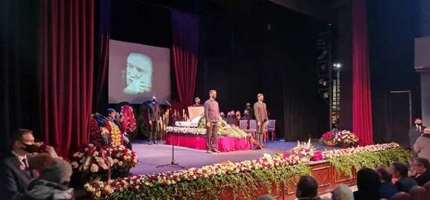 «Аферистку бы там заплевали и побили»: родные и друзья радуются отсутствию Виталины у гроба Джигарханяна