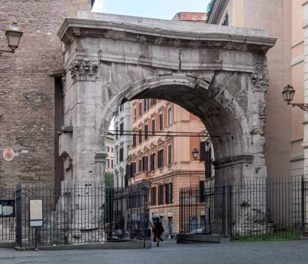 Арка Галлиена, сохранившаяся часть Эсквилинских ворот. Современное фото.