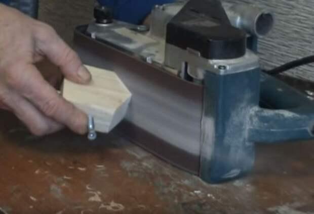 Используем шлифовальную машинку. /Фото: youtube.com.