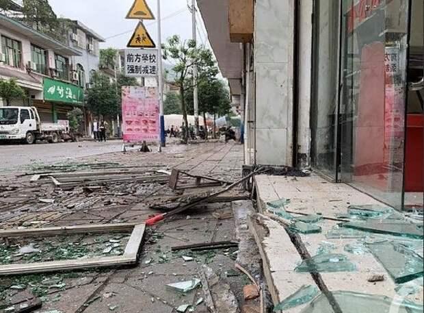 Более 10 человек погибли в результате землетрясения в Китае