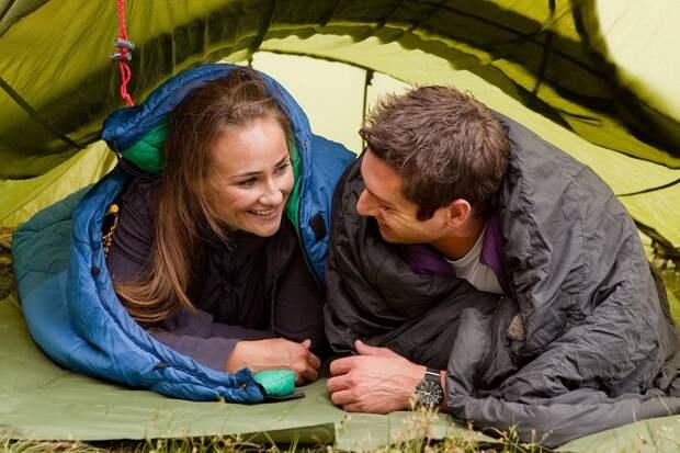 люди в палатке
