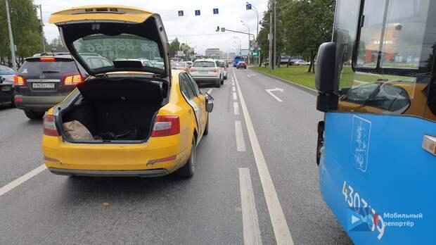 На Алтуфьевское шоссе автобус и такси не поделили дорогу