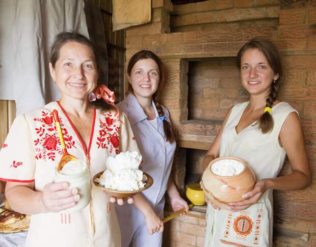 Традиционная русская семья возле печи