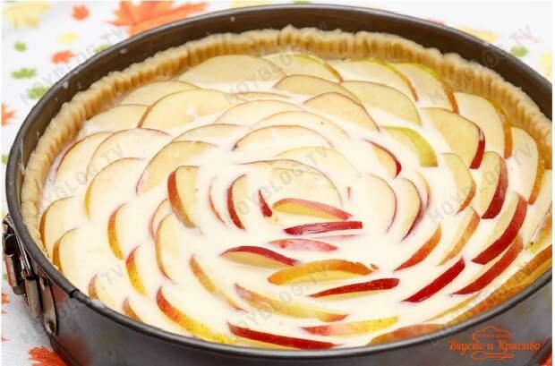 замечательный яблочный пирог со сметанной заливкой