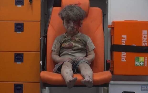 Душераздирающий момент: 5 летний мальчик сидит в одиночестве после авиаудара в Сирии.