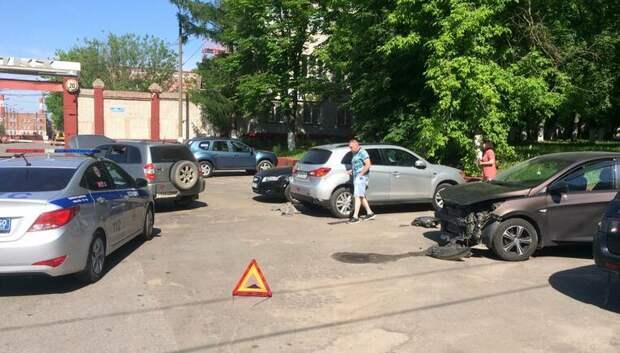 Внедорожник врезался сразу в два автомобиля на территории завода в Подольске