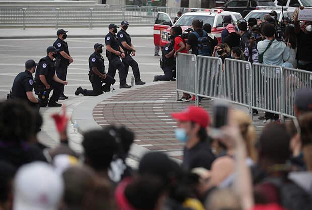 Протестующие в Хьюстоне демонстрируют символ солидарности, принятый у левых движений и черных националистов
