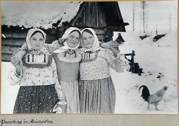 Советские крестьянки из деревни Акимовка. Зима 1943 года. Калужская область.