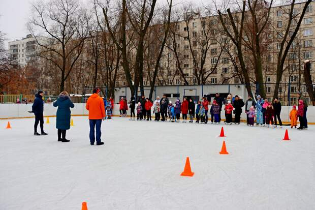 Семьи из Алтуфьева соревновались в катании на льду