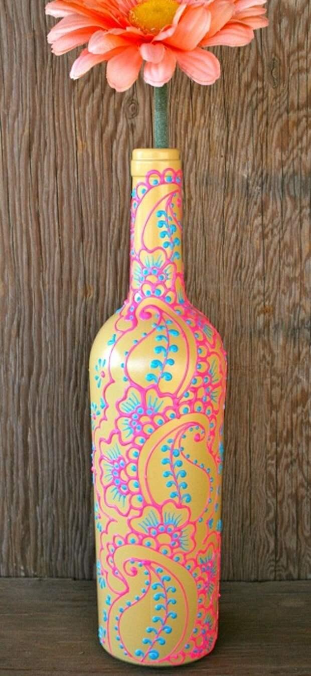 Отличный и очень интересный вариант росписи бутылки, которая стала вазой очень быстро и просто.