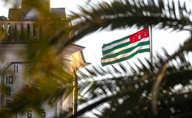 На фото: флаг Республики Абхазия над зданием администрации города Сухум