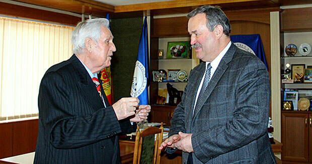 Григорий Исидорович Еремей принимает поздравления от организации профсоюзов в день своего 80-летия