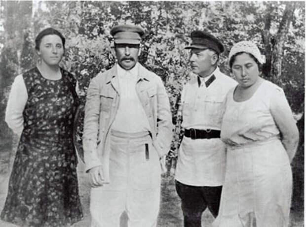 4 Сталин и Ворошилов с женами.jpg