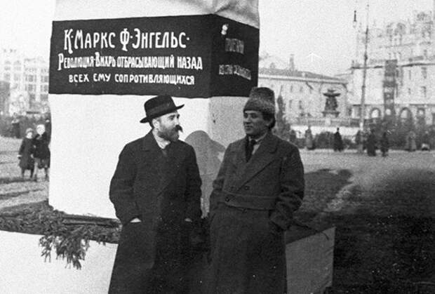 """Каменев и Зиновьев """"сливают"""" восстание"""